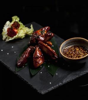 Filete de pollo en salsa teriyaki y hojas de ensalada
