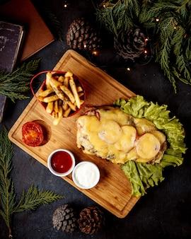 Filete de pollo con tomate y queso fundido