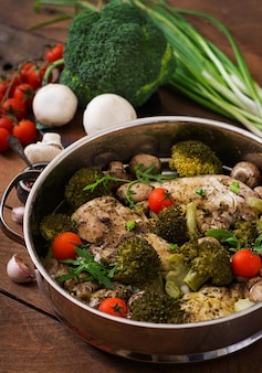 Filete de pollo con verduras al vapor. menú dietético nutrición apropiada.