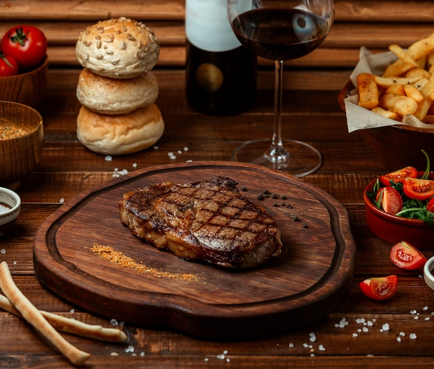 Filete de res frito sobre tabla de madera