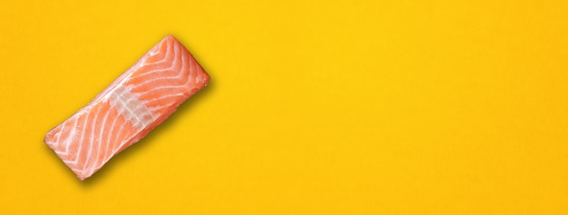 Filete de salmón aislado sobre fondo amarillo. vista superior. banner horizontal