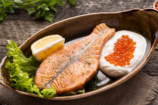 Filete de salmón al horno con crema y caviar rojo. comida dietetica