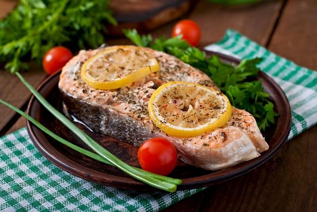 Filete de salmón al horno con hierbas, limón y ensalada