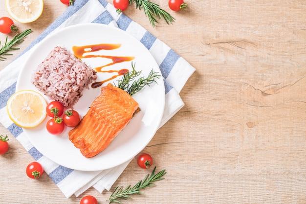 Filete de salmón con arroz a la baya