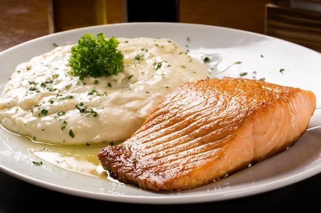 Filete de salmón con arroz risotto.