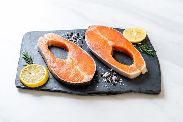 Filete de salmón crudo fresco con ingrediente a bordo