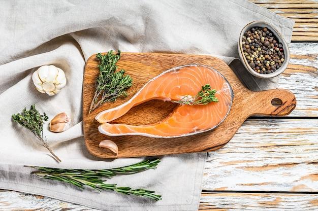 Filete de salmón crudo fresco con pimienta y tomillo. espacio de madera blanca. vista superior