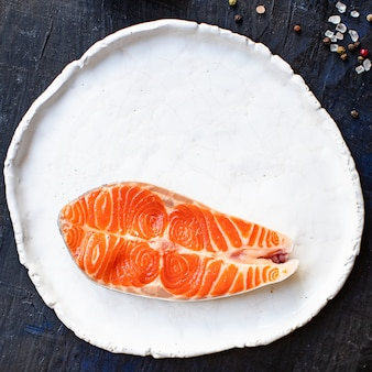 Filete de salmón crudo ingrediente del producto natural