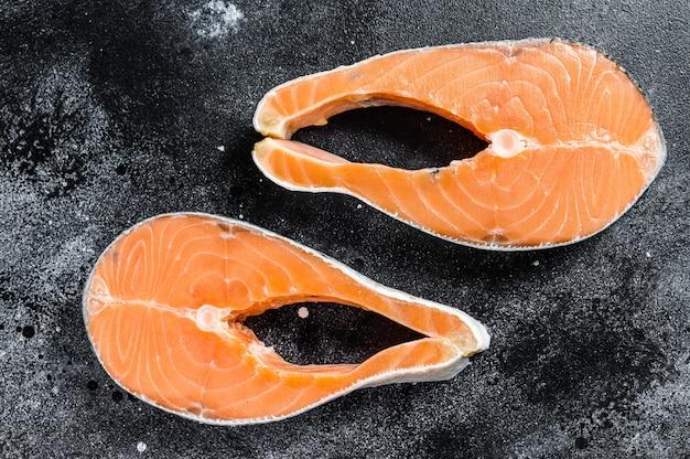 Filete de salmón crudo, pescado orgánico. espacio negro. vista superior