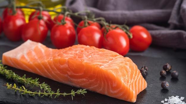 Filete de salmón crudo con romero y tomates