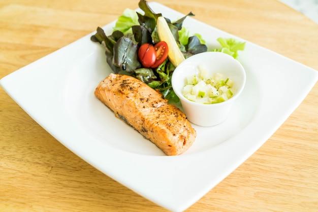 Filete de salmón con ensalada