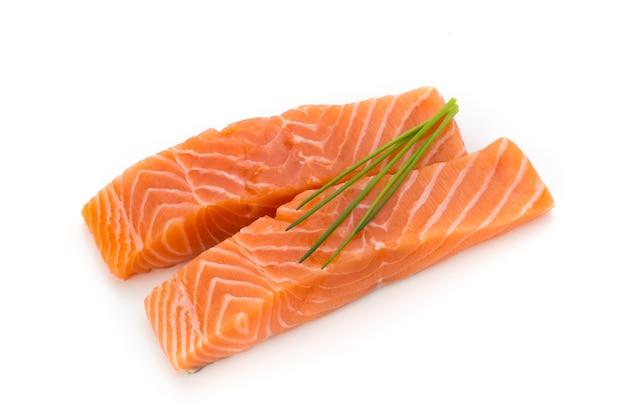 Filete de salmón fresco con albahaca sobre el blanco