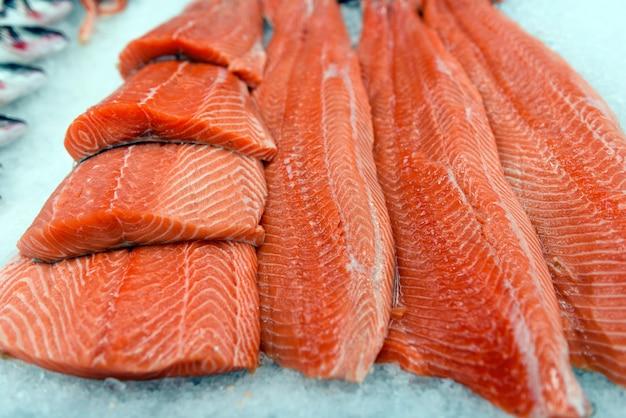 Filete de salmón fresco en hielo
