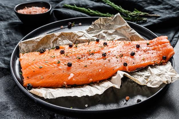 Filete de salmón fresco con sal, hierbas y especias. vista superior