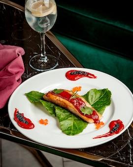 Filete de salmón frito con salsa encima