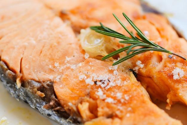 Filete de salmón con hierbas y especias romero sobre fondo de placa