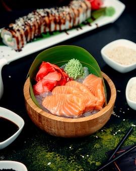 Filete de salmón en una olla