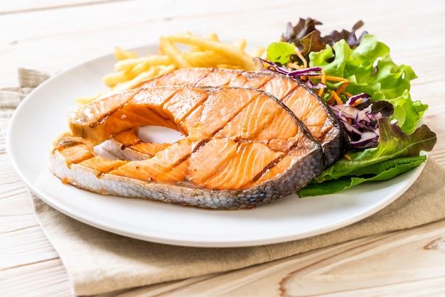 Filete de salmón a la plancha con patatas fritas