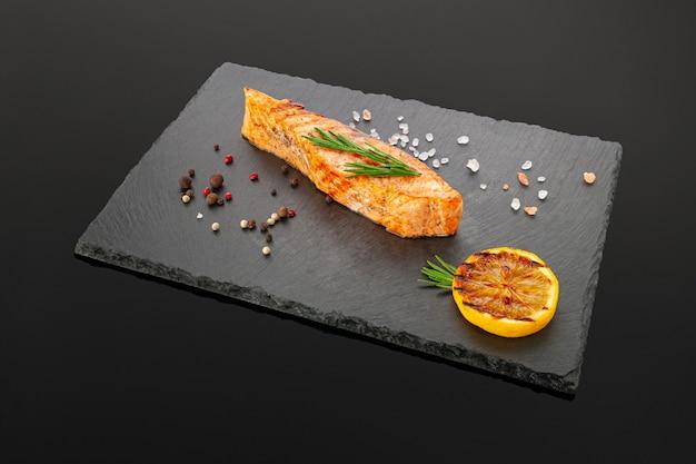 Filete de salmón a la plancha sobre una placa de pizarra negra