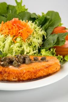 Filete de salmón a la plancha y verduras.
