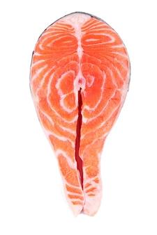 Filete de salmón, rebanada de pescado fresco, trucha sobre fondo blanco aislado con trazado de recorte, profundidad de campo completa
