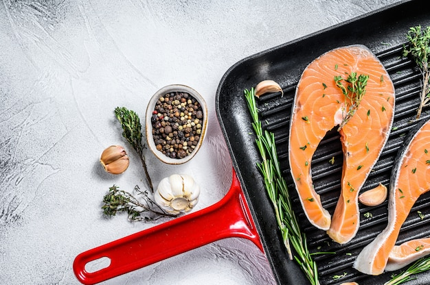 Filete de salmón en una sartén. pescado fresco crudo. vista superior. copia espacio