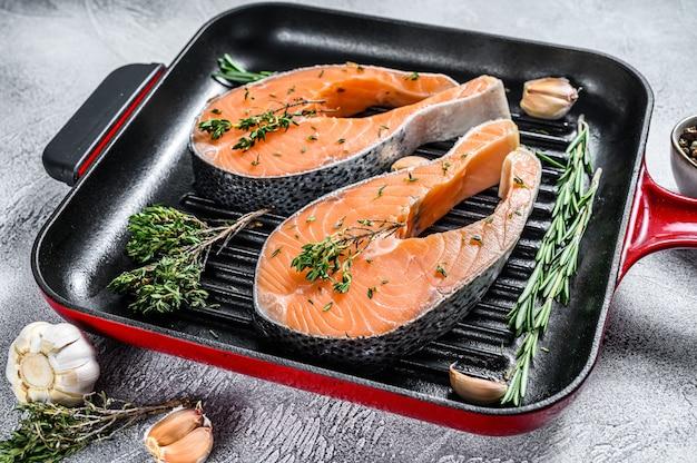 Filete de salmón en una sartén. pescado fresco crudo. vista superior