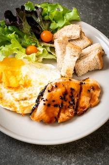 Filete de teriyaki de salmón con huevo frito y ensalada