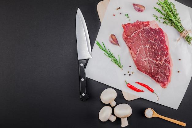 Filete de ternera fresco con ingredientes en la cocina