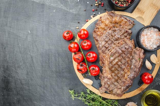 Filete de ternera a la parrilla sobre mesa de piedra