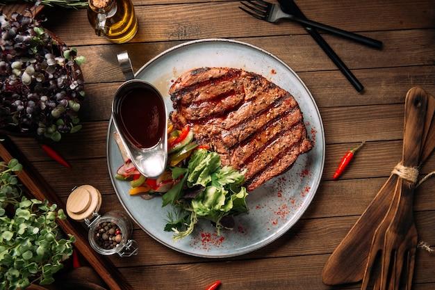 Filete de ternera a la parrilla con verduras y salsa de vista superior