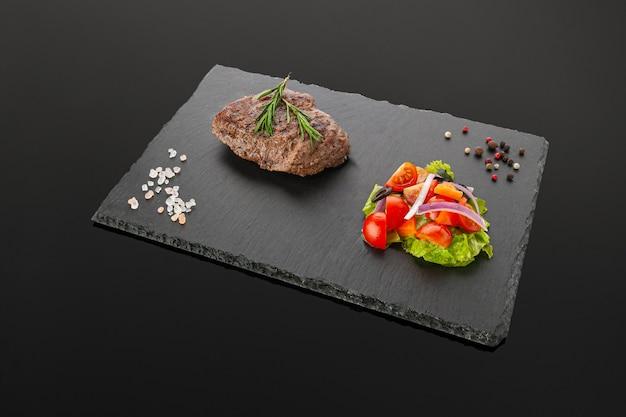 Filete de ternera a la plancha con ensalada de verduras
