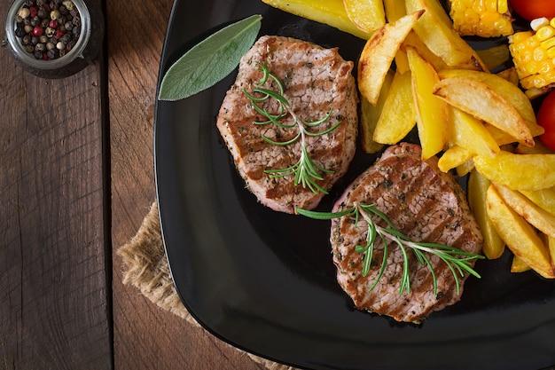 Filete de ternera tierno y jugoso medio raro con papas fritas