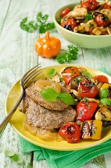 Filete de ternera y verduras a la plancha en el plato