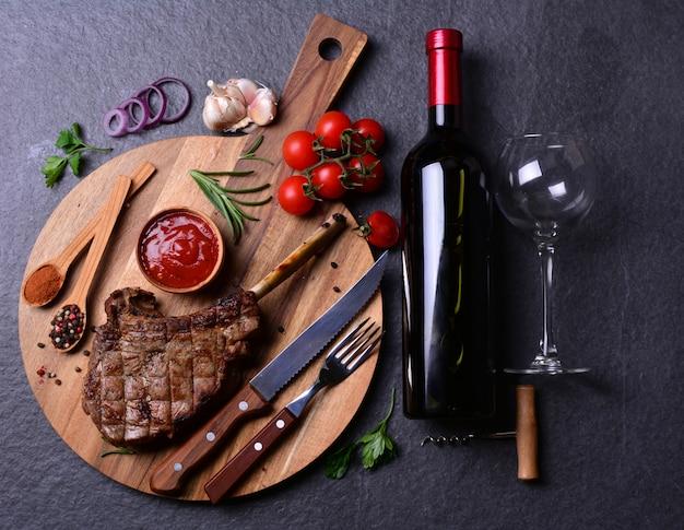 Filete tomahawk con especias y verduras, vino