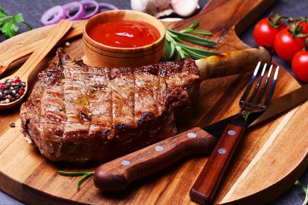 Filete tomahawk con especias y verduras