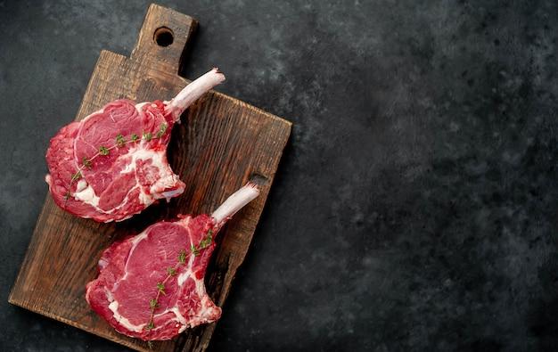 Filetes de carne cruda con especias, espacio de copia