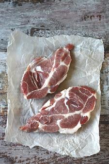 Filetes de carne cruda en papel.