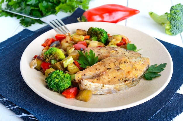 Filetes de pescado picante frito, servidos con una ensalada tibia de verduras