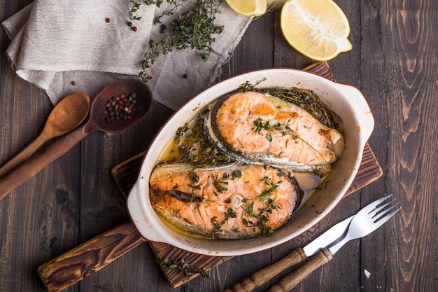 Filetes de salmón a la parrilla, cena. comida sana. vista superior