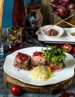 Filetes de ternera con salsa de narsharab y arroz