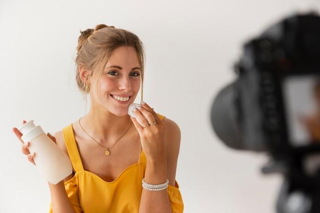 Filmación de blogger sonriente de alto ángulo