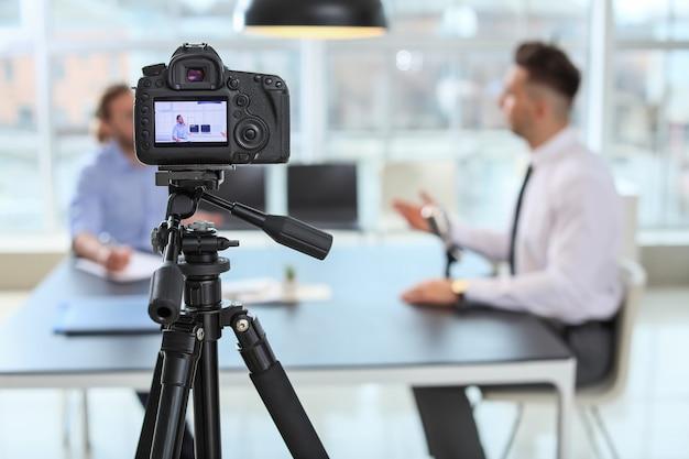 Filmación de la entrevista de trabajo con el solicitante en la oficina.