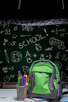 Filmación de útiles escolares para promoción de productos en estudio fotográfico. producción fotográfica entre bastidores. creación de contenido fotográfico, industria de creación fotográfica