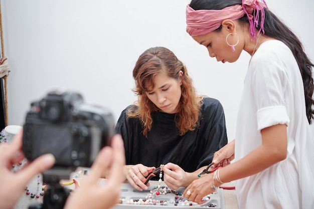 Filmación de video de fabricación de joyas