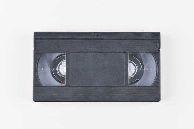 Filmar con una videocámara. videocinta clásica vieja en el fondo blanco. retro