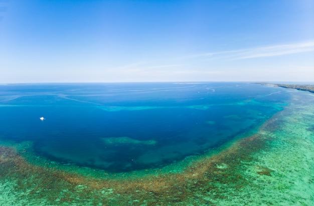 El filón coralino de la visión aérea dispersó en el mar del caribe, islas tropicales de la playa. indonesia archipiélago de las molucas, islas kei, mar de banda. destino de viaje superior, mejor buceo buceo, panorama impresionante.