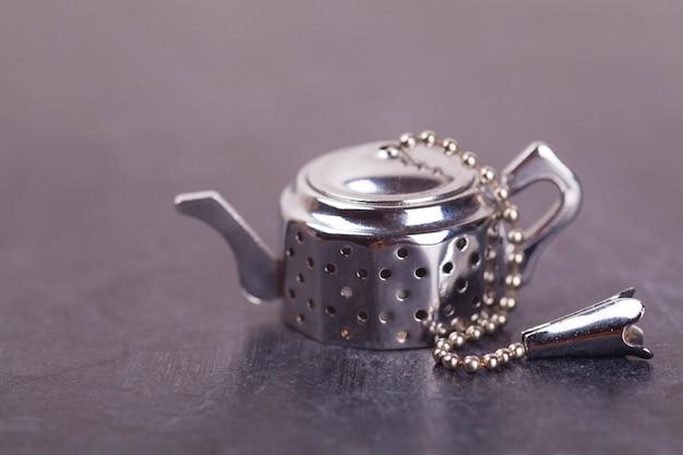 Filtro de acero para té con té negro indio y aditivos de frutas.