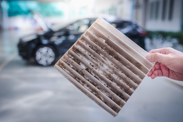 Filtro de aire en la cabina del automóvil sucio.