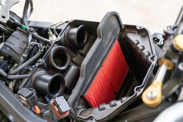 Filtro de aire en una moto deportiva. procesamiento para cambiar el filtro de aire del motor.